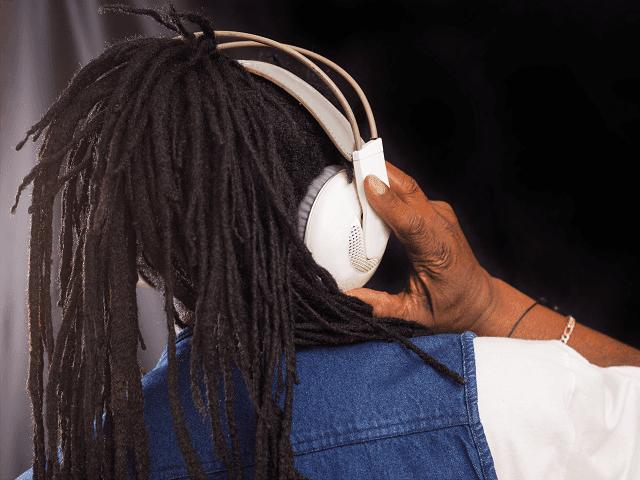 Rastafariánsky spevák so slúchadlami
