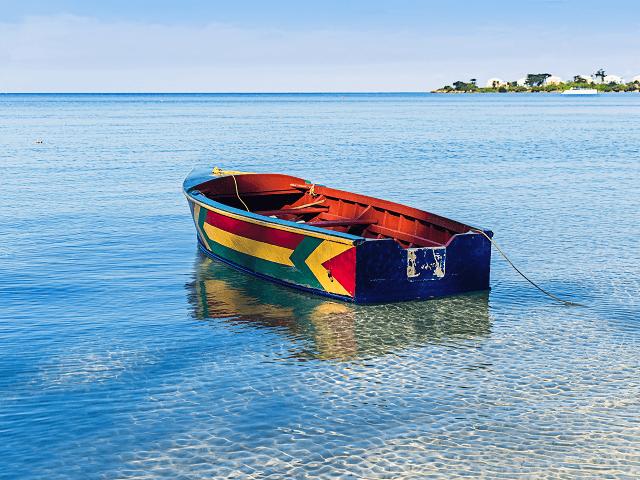 Čln na pláži Negril, Jamajka